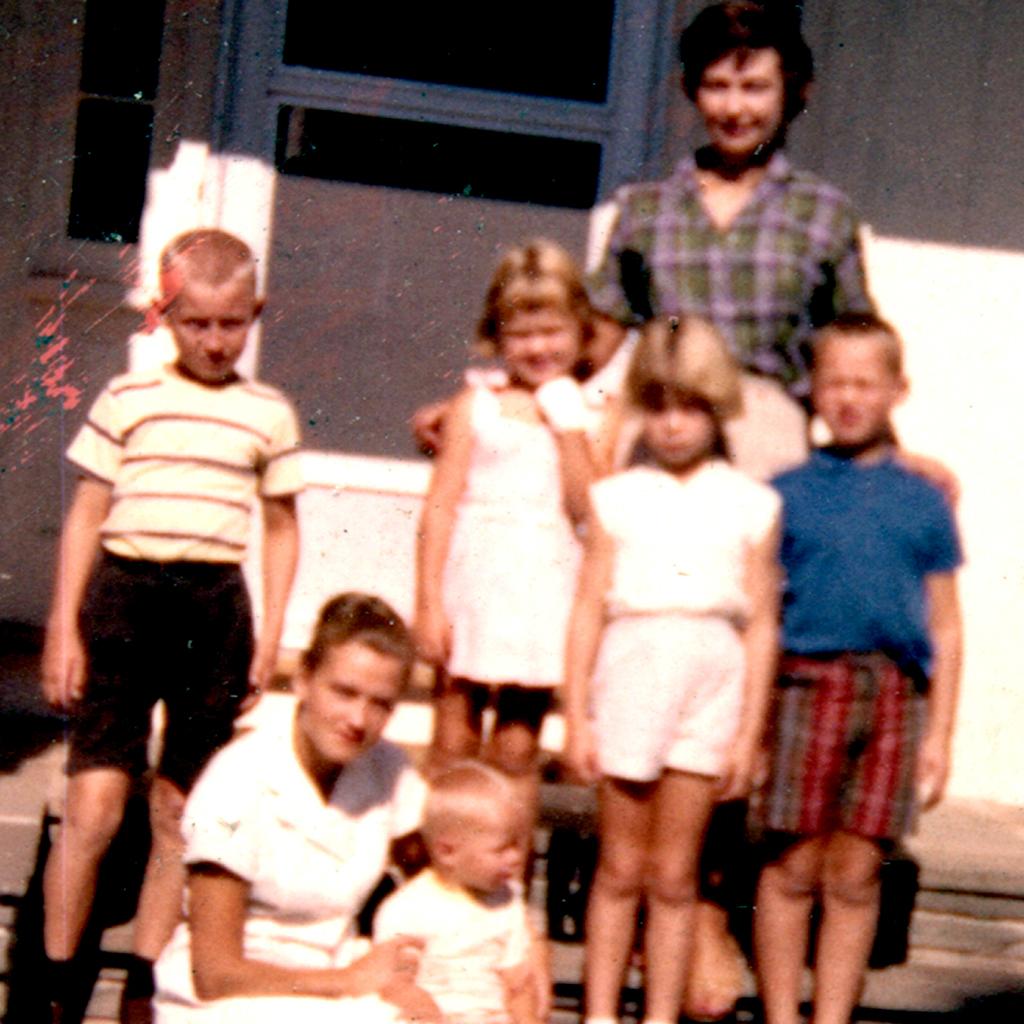 1960 Southport steps Eddie, German nurse, Mark, Karen, Niki, Daphne, Shaun,